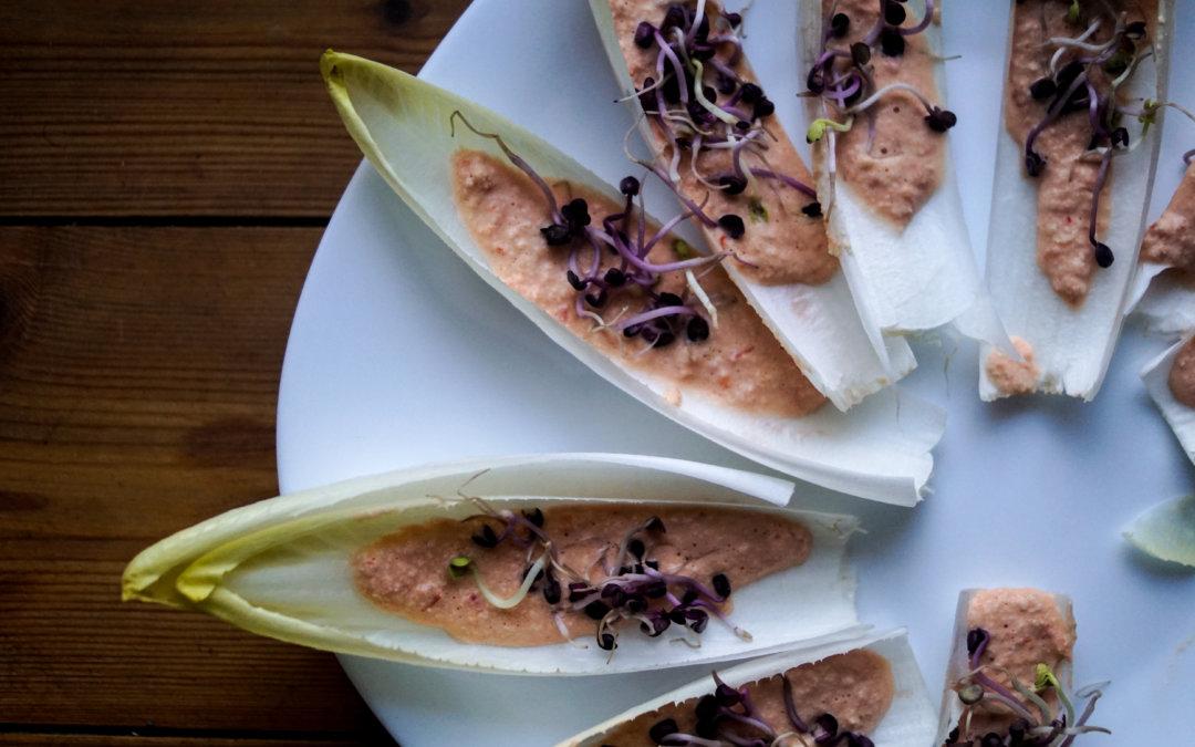 Chicoreéschiffchen mit veganer Käsecreme
